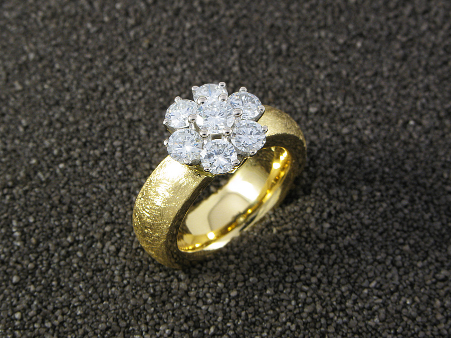 Cocktailring in Weiss- & Gelbgold 750, 7 Brillanten 1,40 ct. F/vs